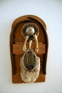 Composición sobre madera: S/T.Madera, metal, corcho y huesos 36 X 19 cm. Colección particular.