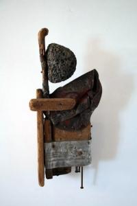 Composición S/T. Madera ,piedra y metal 39 x 17 cm. Colección particular.
