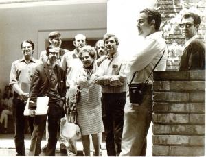 Junto a su galerista Juana Mordó y compañeros de profesión.