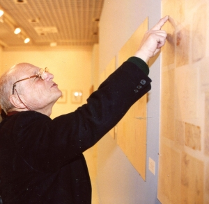 Antonio López in front of one of the panels of notes by Enrique Gran, during the exhibition Viajando entre mundos. Caja Cantabria's Social Work, 2005. Photo José Miguel del Campo.